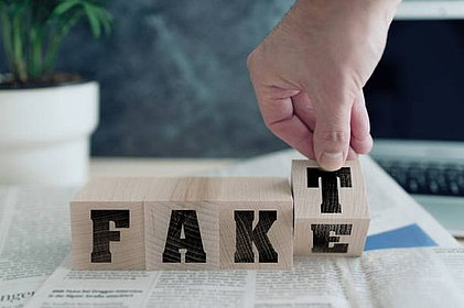 Buchstabenwürfel zeigen gleichzeitig die Worte Fake und Fakt