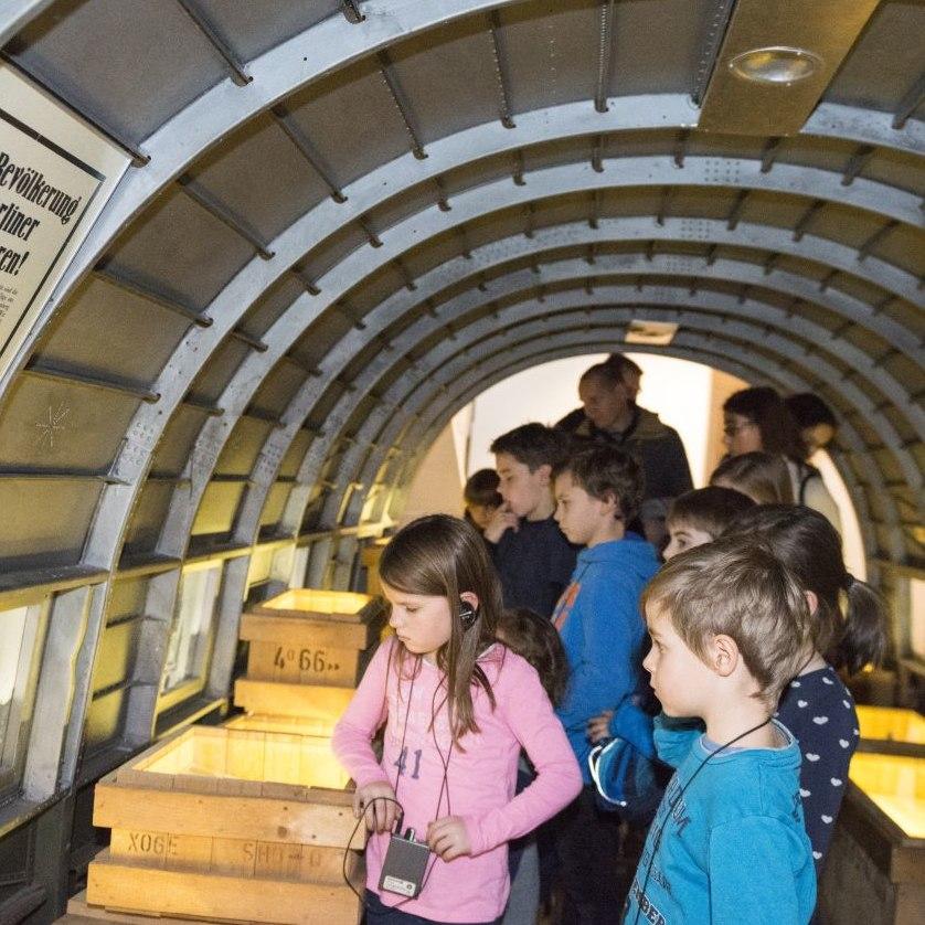 Kinder sehen sich den Rosinenbomber im Haus der Geschichte an