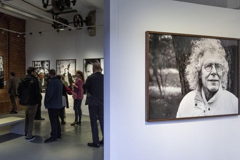 Besucher und ein Foto von Rainer Langhans