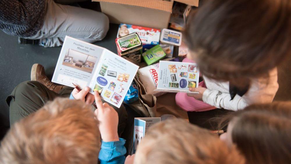 Kinder arbeiten mit dem Westpaket