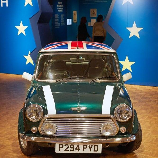 """Besucherinnen im Eingang der Ausstellung """"Very British"""""""
