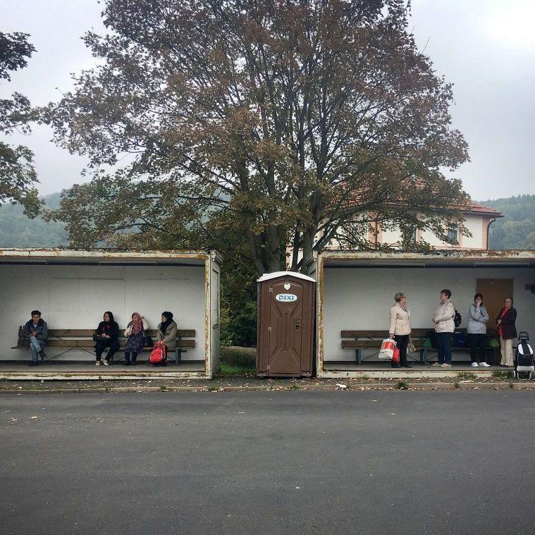 Deutschland vier Tage vor der Wahl: Einwohner im thüringischen Ort Sonneberg (re.) warten am Donnerstag, 21.09.17, neben syrischen Fluechtlingen auf den Bus, Michael Klug