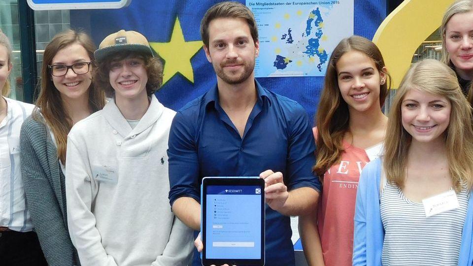 Gruppenfoto der TeenGroup des Hauses der Geschichte Bonn mit dem YouTuber Mirko Drotschmann, bekannt als MrWissen2Go