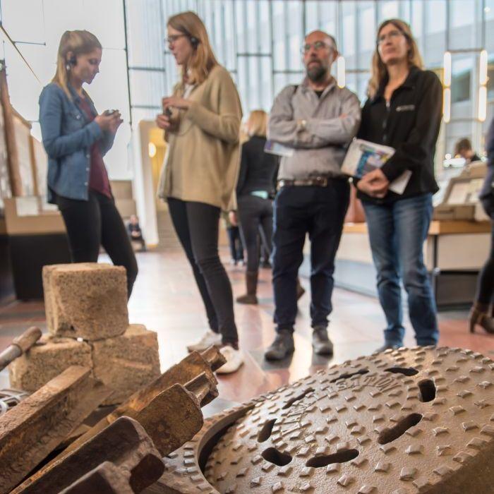 Eine Gruppe Besucher hinter Trümmerteilen im Tränenpalast