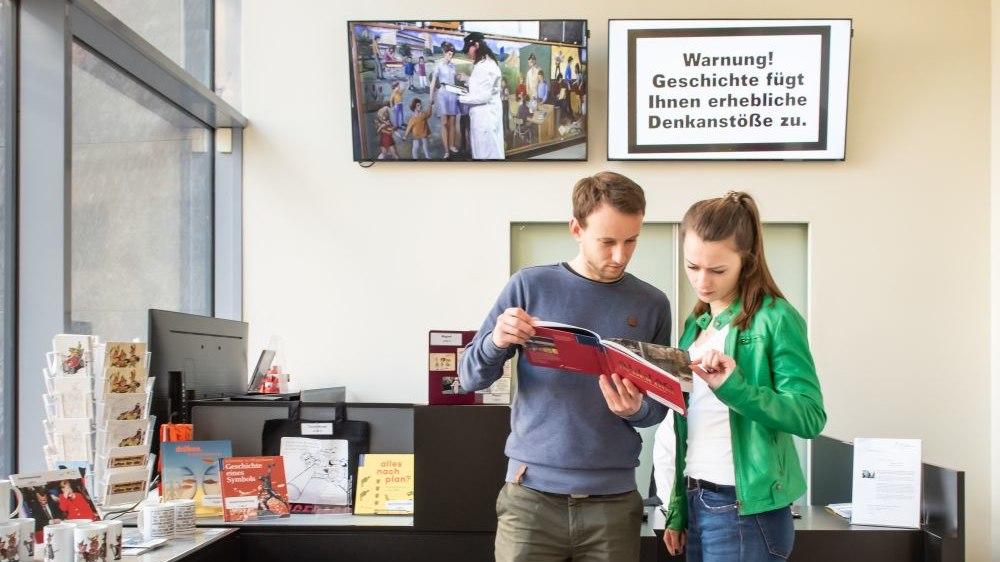 Besucherin und Besucher am Infoschalter