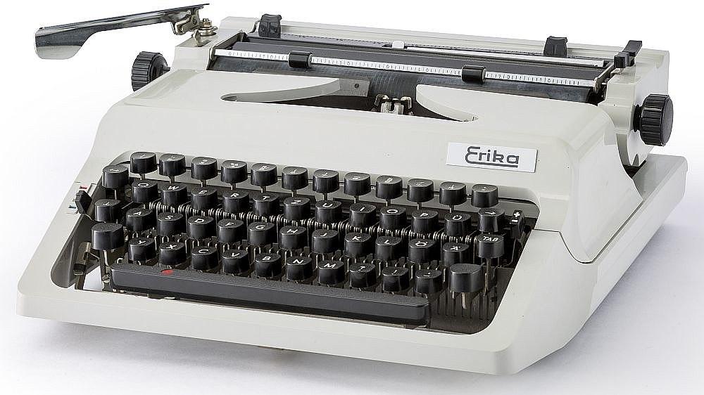 Diese in Dresden hergestellte Schreibmaschine 'Erika' gehört zu den ersten Klein-Schreibmaschinen.