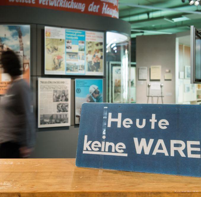 Schild 'Heute keine Ware' in der Dauerausstellung