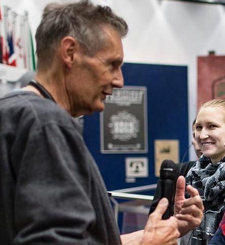Ein Gruppenbegleiter im Haus der Geschichte spricht zu einer Gruppe Jugendlicher