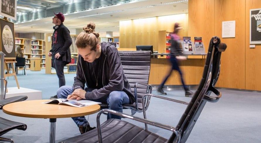 Mann liest im Infozentrum