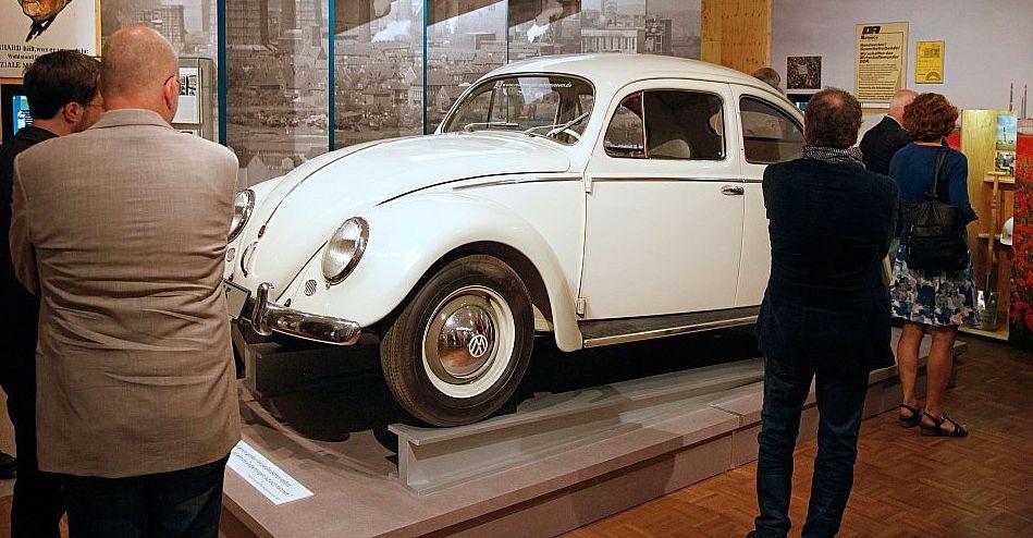 VW Käfer bei der Ausstellungseröffnung 'Deutsche Mythen seit 1945'