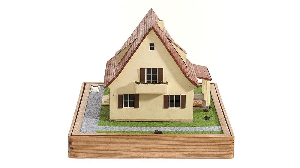 Zerlegbares Architektur-Modell eines zweigeschossigen Einfamilienhauses aus den 1950er Jahren, das Sparkassenberater zu Präsentationen im Außendienst mitnehmen.