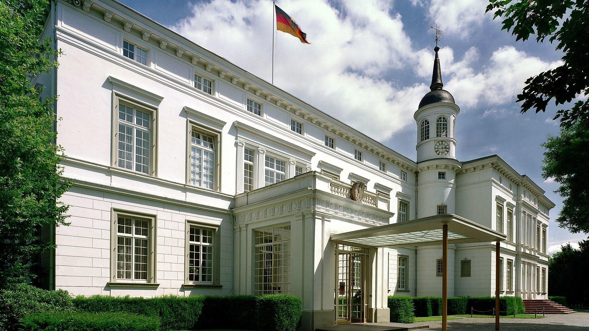 Blick auf den seitlichen Eingang des Palais Schaumburg in Bonn