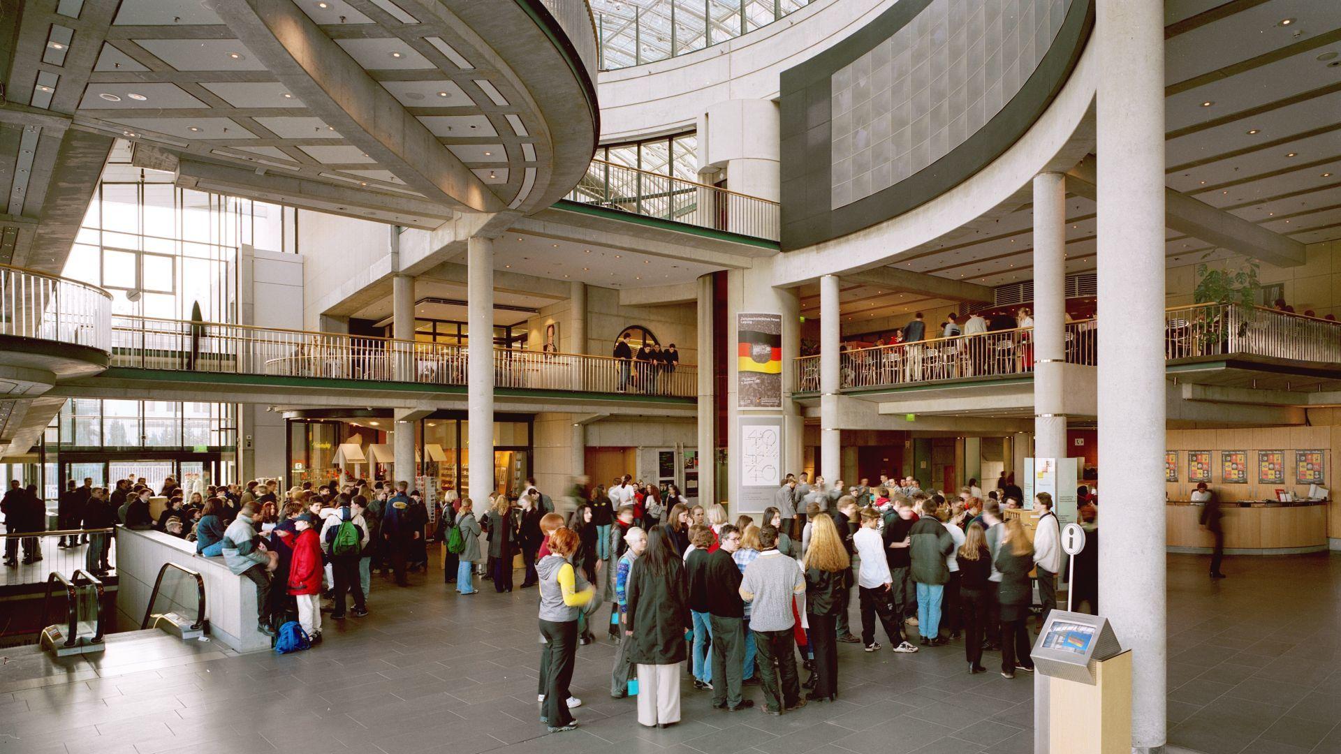 Viele Besucher im Foyer Haus der Geschichte