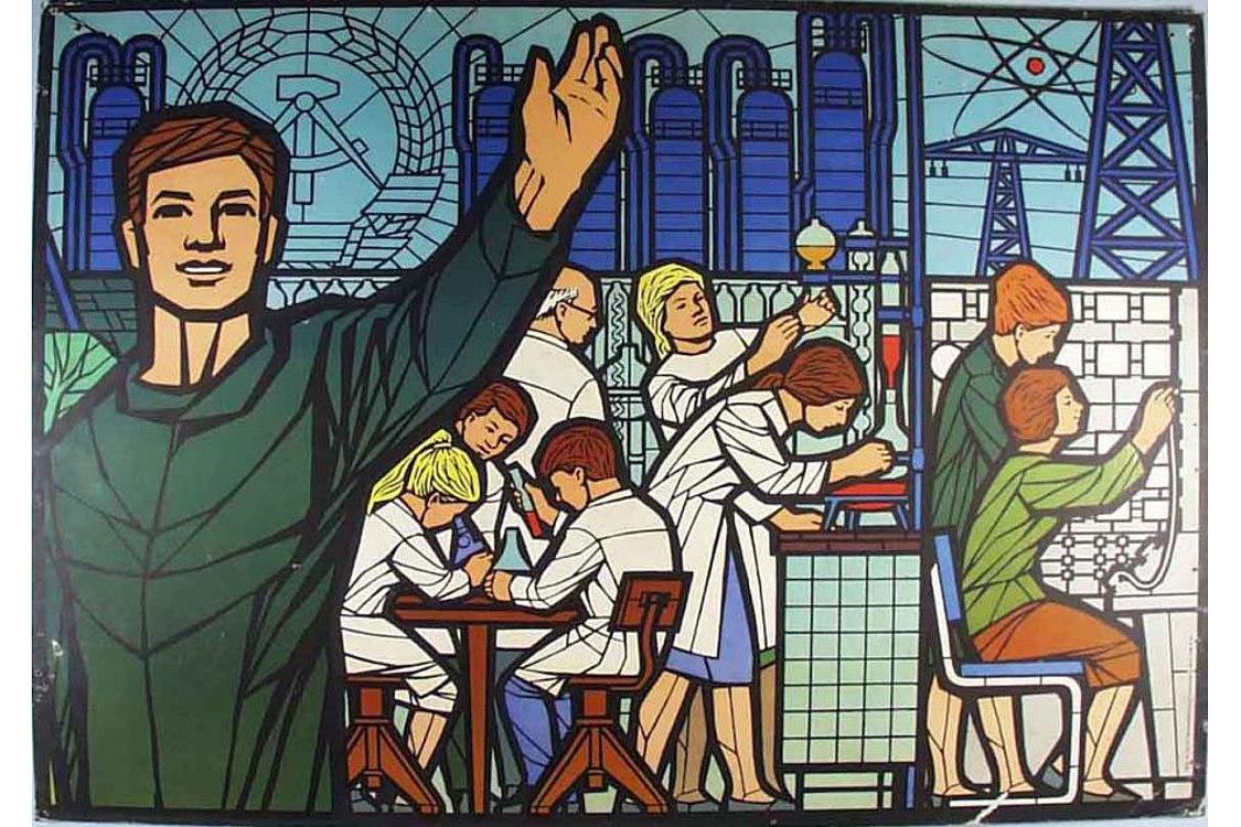Im Vordergrund ein junger Mann mit erhobener Hand, im Hintergrund Frauen bei der Arbeit im Labor, am Mikroskop, in einer Schaltzentrale. Außerdem sind Industrieanlagen, das Atom-Modell und das DDR-Emblem abgebildet