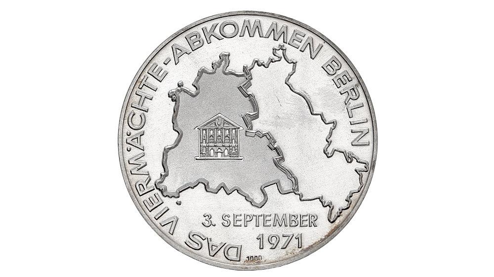 Silberne Medaille, auf der Vorderseite sind die Umrisse der Bundesrepublik Deutschland und der DDR abgebildet. Die Rückseite zeigt die Kopfbilder der vier Staatsmänner 'R. Jackling, K. Rusch, P. Abrassimow, J. Sauvagnargues' mit Bezeichnung der Nationalität.