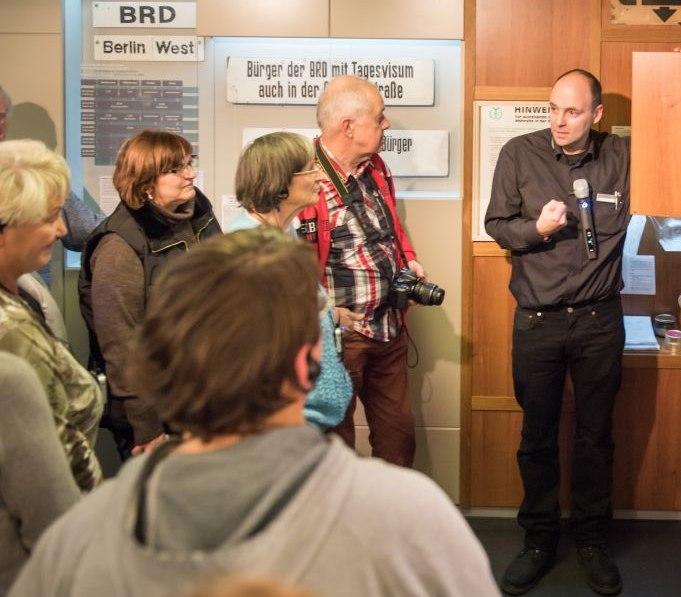 Ein Gruppenbegleiter spricht zu Besuchern im Tränenpalast