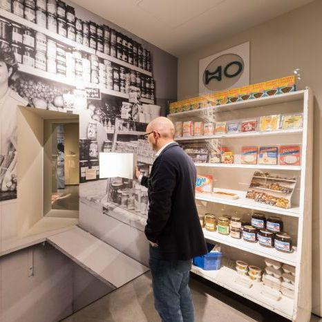 Ein Besucher vor dem HO-Regal in der Dauerausstellung