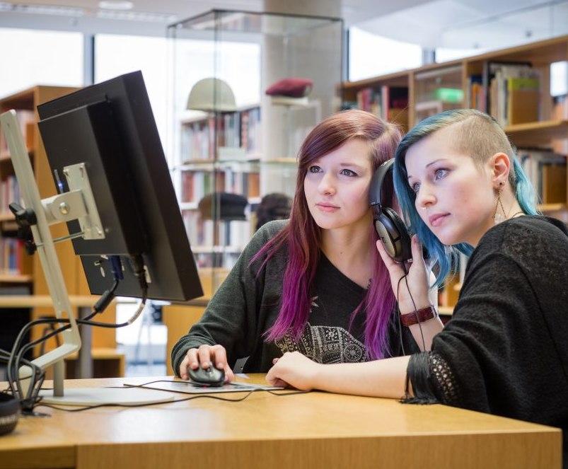Zwei Mädchen sitzen am Computer im Informationszentrum im Haus der Geschichte
