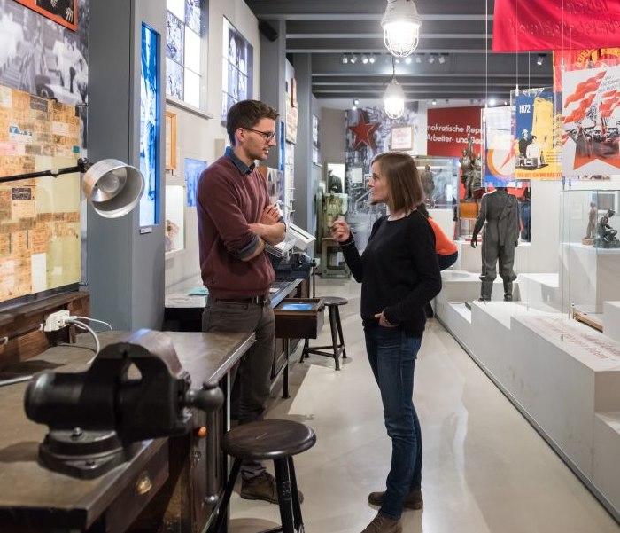 Besucher an der Werkbank in der Dauerausstellung