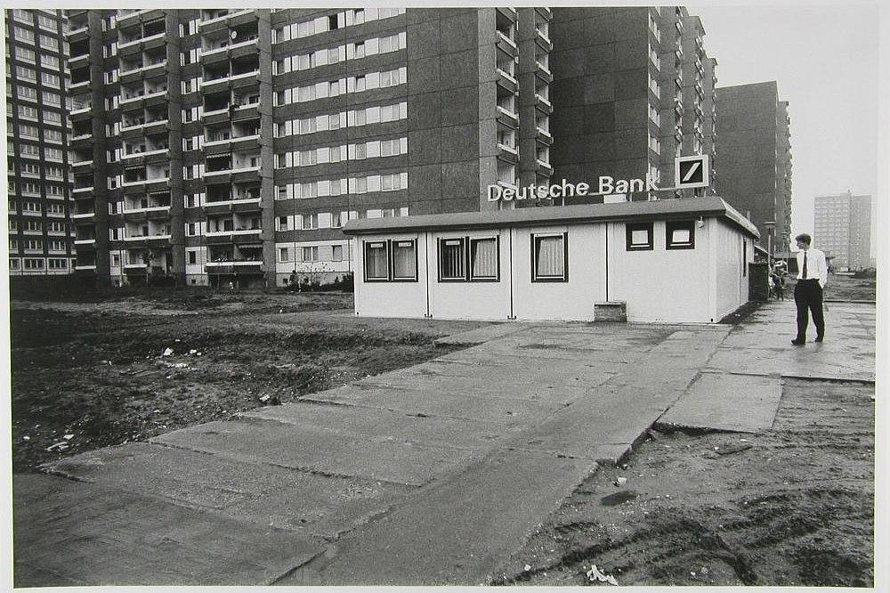 Fotografie 'Deutsche Bank-Filiale vor Plattenbau'