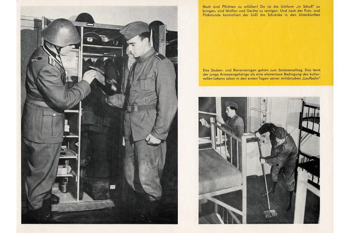 Wandzeitung mit schwarz-weiß-Fotos von NVA-Soldaten bei der Schrankkontrolle und Stubenreinigung, Text mit Aufgaben des Soldatenalltags