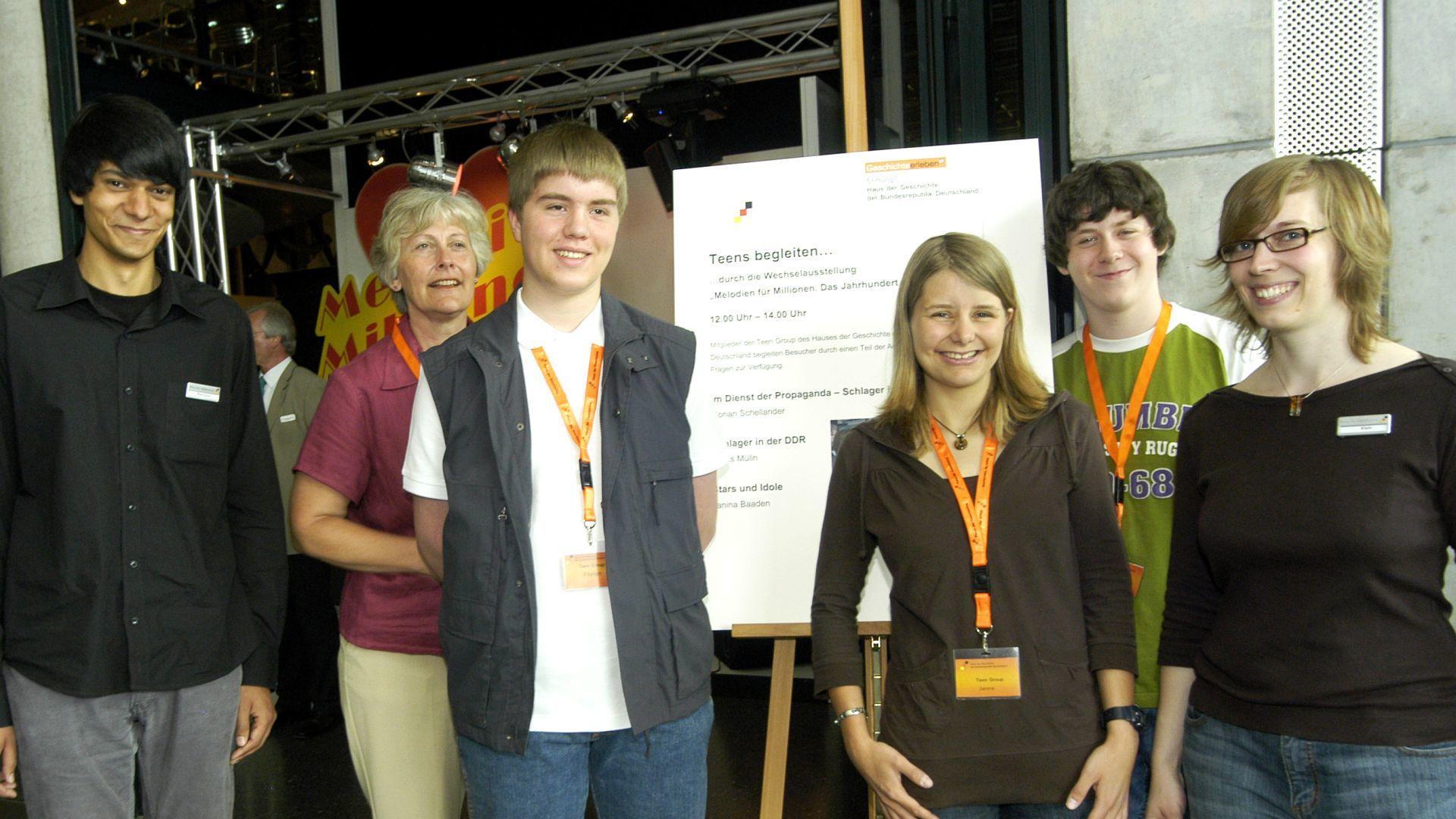Gruppenfoto, Jugendliche der TeenGroup 2007/2008 begleiten durch die Ausstellung
