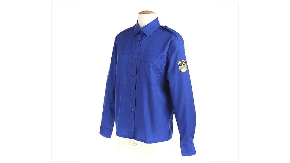 Blaues Hemd mit FDJ-Emblem.