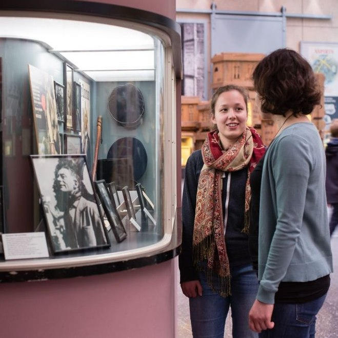 Zwei junge Frauen vor dem Kino in der Dauerausstellung