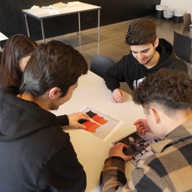 Jugendliche bearbeiten eine Karikatur zur Deutschen Teilung