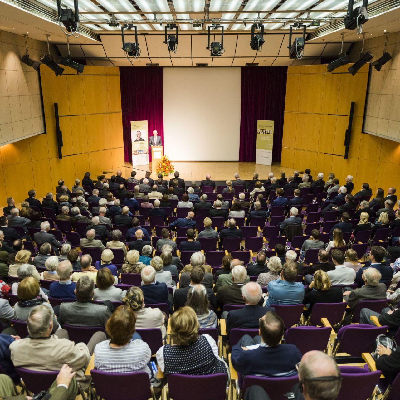 Der vollbesetzte Saal im Haus der Geschichte Bonn bei einer Veranstaltung