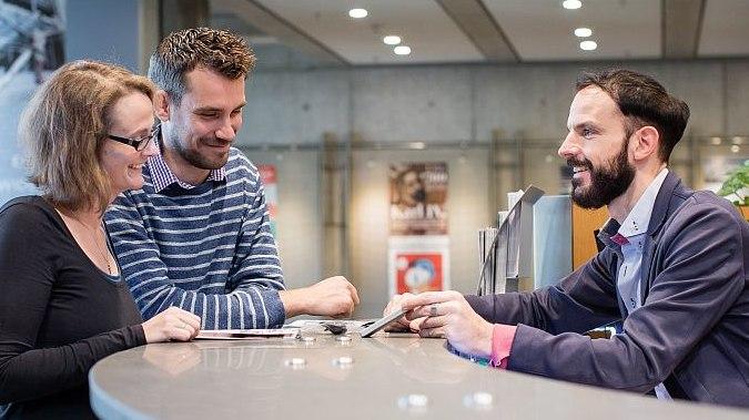 Zwei Besucher werden am Infoschalter im Foyer des Hauses der Geschichte Bonn beraten