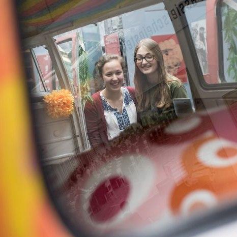 Zwei Mädchen spiegeln sich im VW-Bulli in der Dauerausstellung
