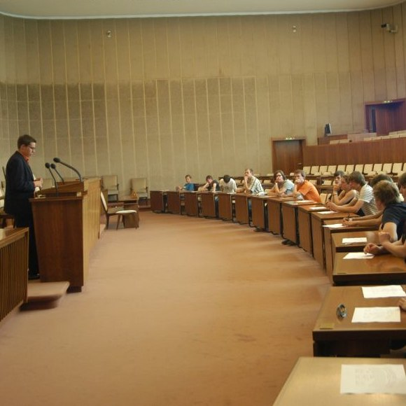 Teilnehmer des Workshops sitzen im Plenarsaal des Bundesrats