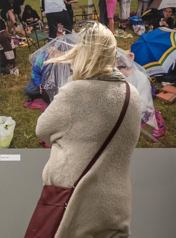 Besucherin vor einer Fotografie von Peter Dench.