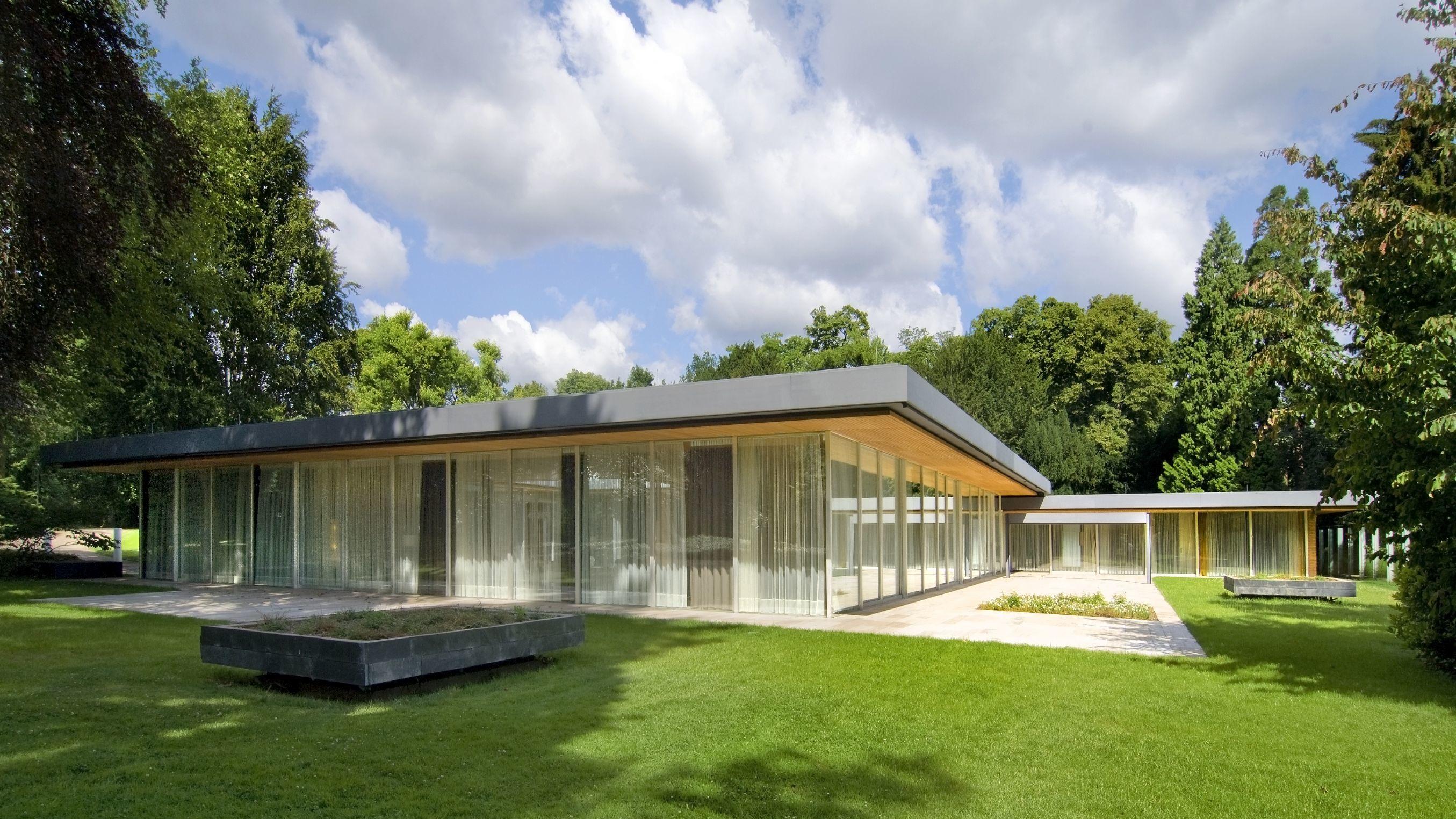 Frontale Gesamtansicht des Kanzlerbungalow in Bonn bei gutem Wetter, ohne Besucher