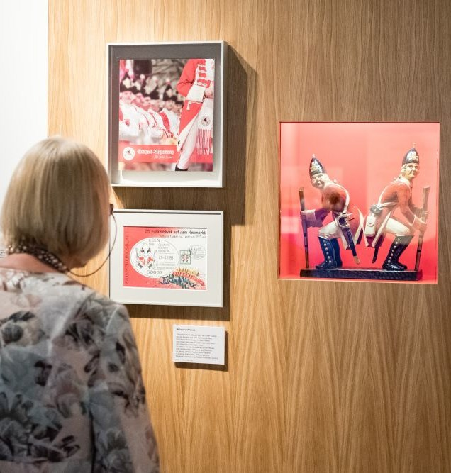 Eine Frau betrachtet Objekte zum Karneval