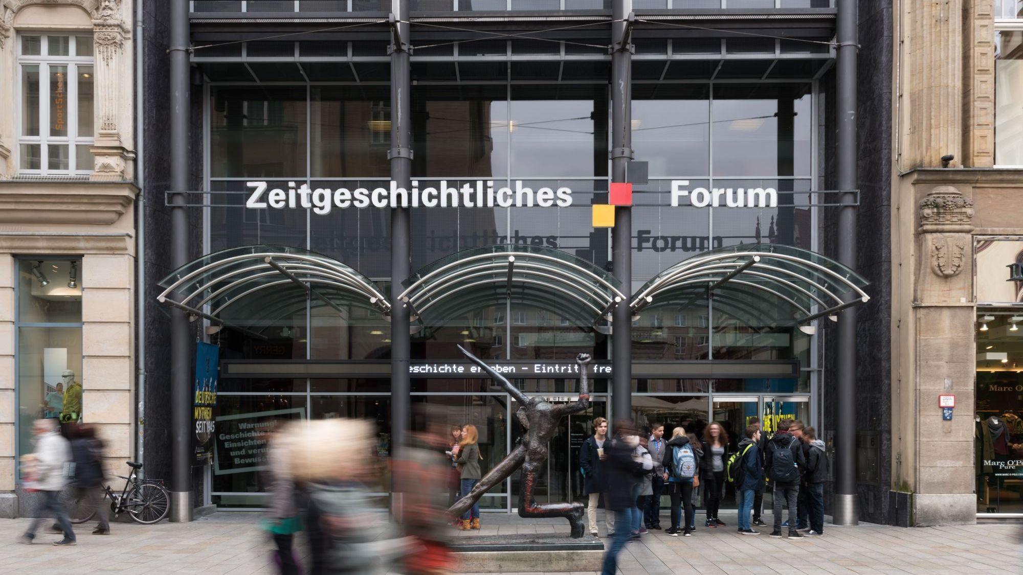 Eingang des Zeitgeschichtlichen Forums Leipzig tagsüber bei starkem Betrieb