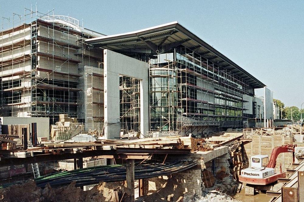 Der Rohbau des großen Museumsgebäudes für das Haus der Geschichte und eine große Baugrube mit Bagger davor