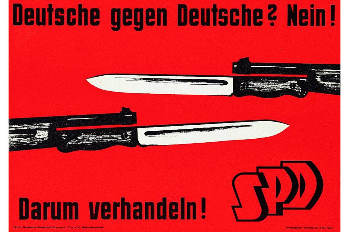 rotes Plakat mit der Abbildung von zwei Gewehren mit aufgesetztem Bajonett, die gegeneinander gerichtet sind und der Aufschrift 'Deutsche gegen Deutsche? Nein! Darum verhandeln! SPD'