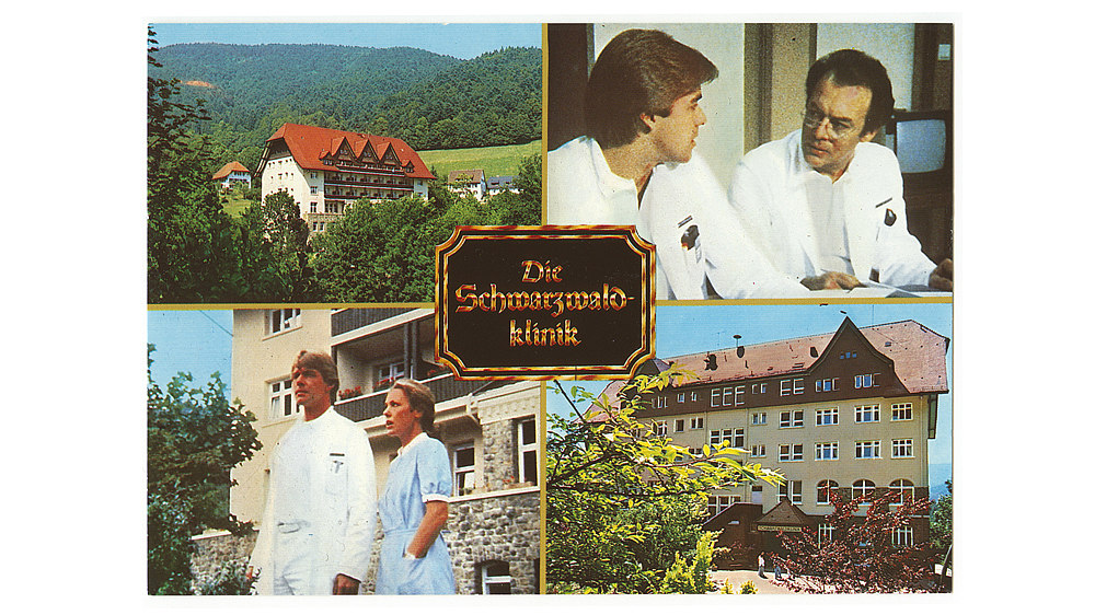 Die Ansichtskarte ist in verschiedene Farbfotos unterteilt, die die Schwarzwaldklinik und die Hauptdarsteller der Serie zeigen.