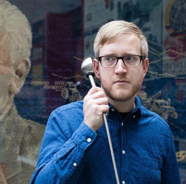 Ein Besucher benutzt einen Hörlöffel in der Dauerausstellung in Bonn
