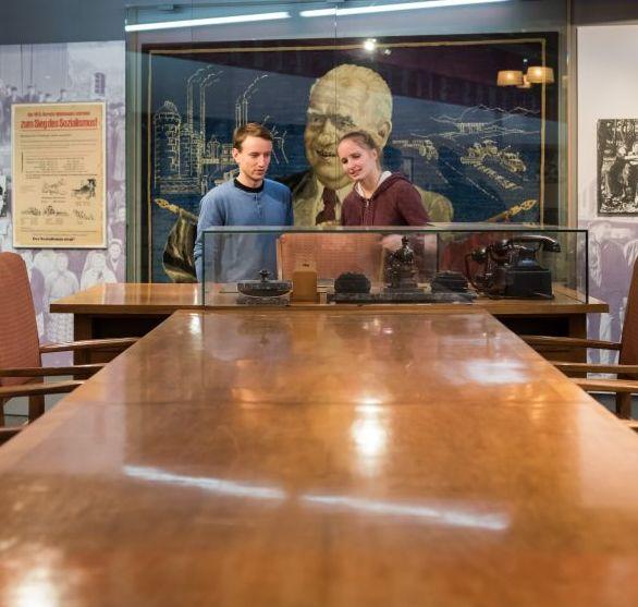 Zwei Besucher stehen am Kabinettstisch in der Dauerausstellung