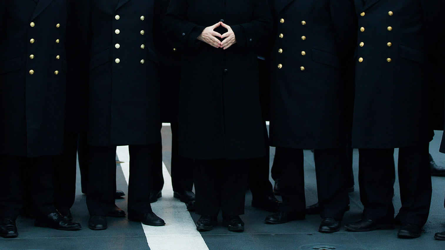 Foto der Rückblende 2016 von Lukas Schulze: Bundeskanzlerin Angela Merkel posiert während eines Besuches im Marinestützpunkt mit Soldatin-nen und Soldaten für ein Gruppenfoto