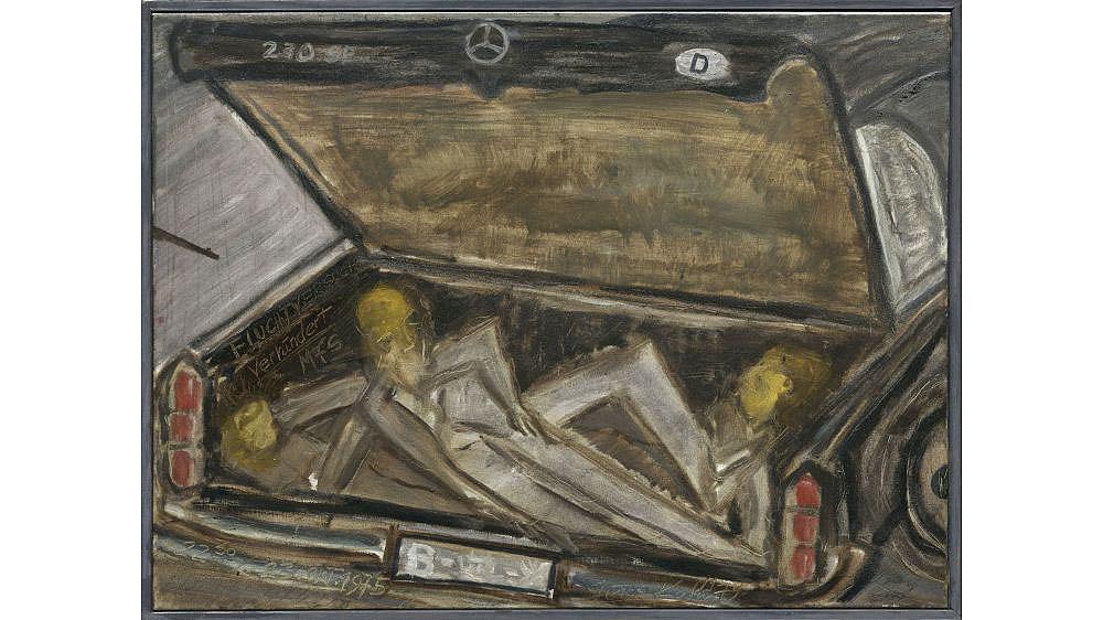 Malerei in dunklen Farben mit einem geöffneten Auto-Kofferraum, in dem zwei Personen liegen.