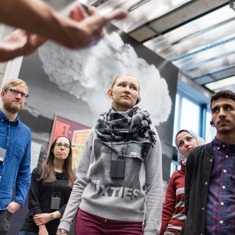 Besucher bei einer Begleitung in der Dauerausstellung