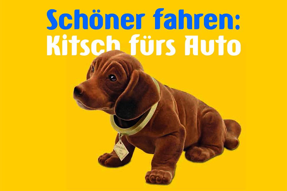 Postkarte mit gelbem Hintergrund und braunem Wackeldackel mit der Aufschrift 'Schöner fahren, Kitsch fürs Auto'