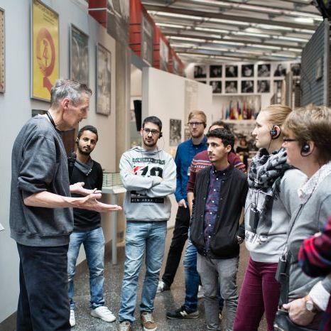 Eine Gruppe Jugendlicher bei einer Begleitung durch die Dauerausstellung in Bonn