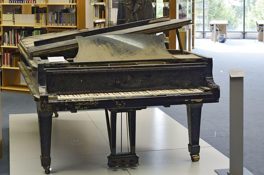 'Aktuelles Objekt' Hochwassergeschädigter Konzertflügel aus der Semperoper Dresden, ausgestellt im Informationszentrum des Hauses der Geschichte in Bonn