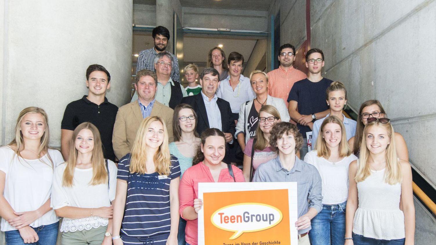 Die TeenGroup mit Stiftungspräsidenten Prof. Dr. Hans Walter Hütter bei der 10-Jahres-Feier
