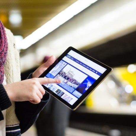 Eine Besucherin hält ein Tabet mit der LeMO-App
